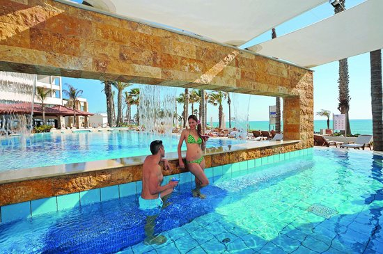 Alexander The Great Beach Hotel : Swim up pool bar