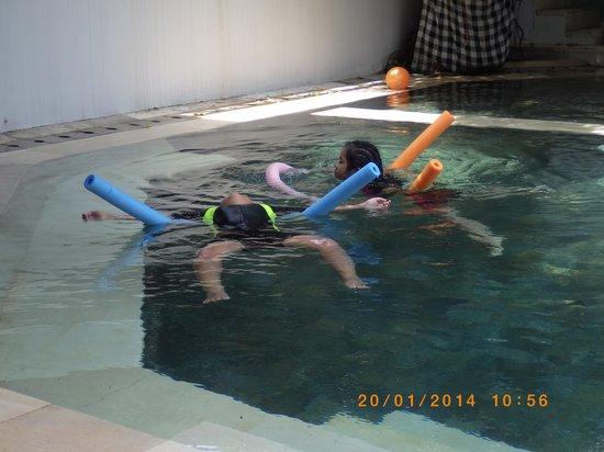 Maharani Beach Hotel: kolam renang tempat anak bermain yg menyenangkan