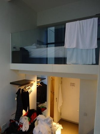 Studio M Hotel : interno della camera e vista della doccia