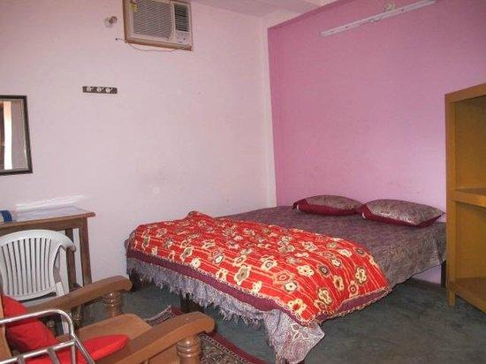 Kedar Guest House: AC room