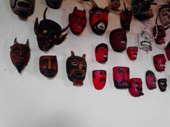 La Casona de Valladolid : Mascaras en la zona de mesas