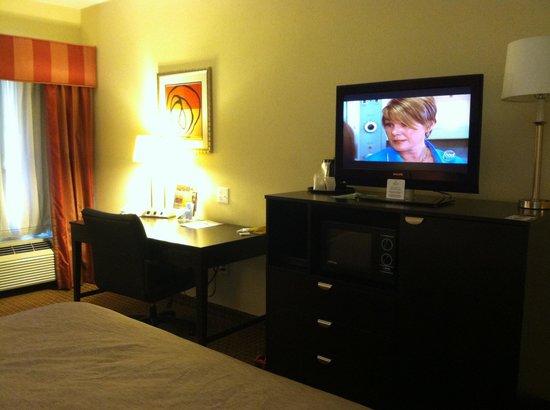 La Quinta Inn & Suites Houston East at Normandy: Flat screen TV, microwave, fridge, desk