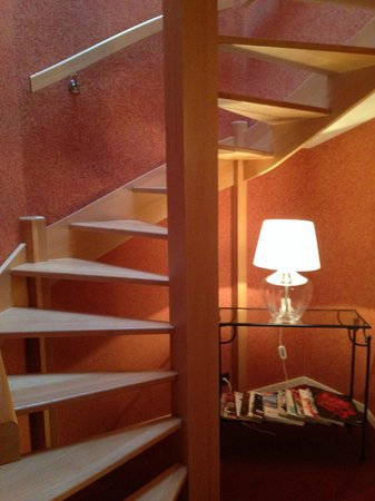Hotel des Arts - Montmartre: Way Up to Top floor