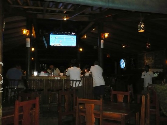 Henry's Iguana Beach Bar & Restaurant: Inside upstairs