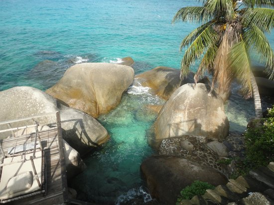 Bliss Hotel : The natural swimming pool between the rock..