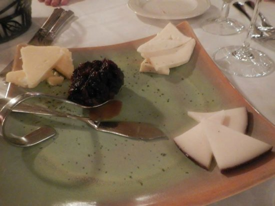 Friend's Lake Inn: Trio of artisan cheeses with hosue-made cherry chutney