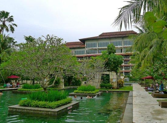 Sheraton Mustika Yogyakarta Resort and Spa: Swimming pool & garden