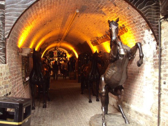 Camden Market: Stables antiques market