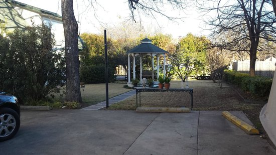 Texas White House Bed and Breakfast: Gazebo outside the house