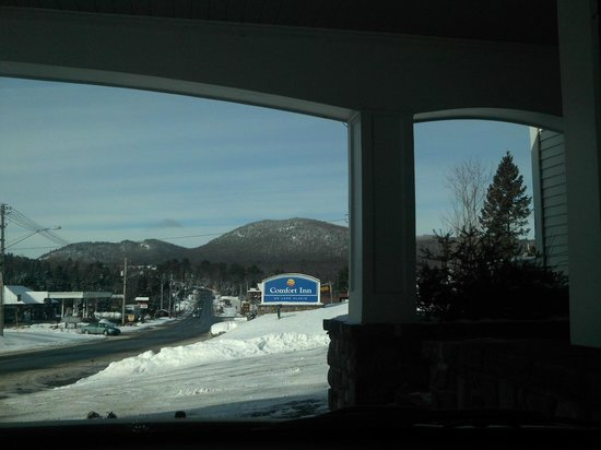 Quality Inn Lake Placid : check in, check out area, love the mountains in this photo
