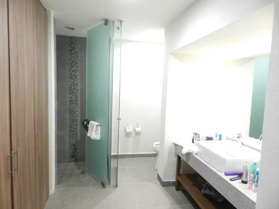 Crown Paradise Club Puerto Vallarta: Bathroom
