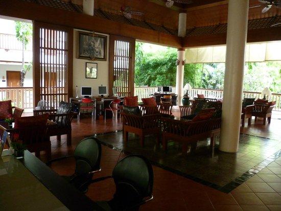 Thara Patong Beach Resort & Spa: Холл
