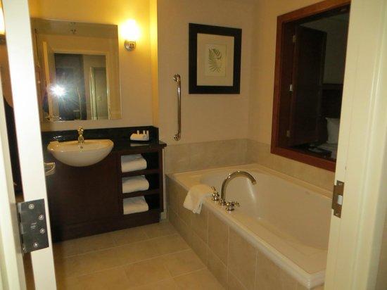 Courtyard by Marriott Burlington Harbor: Salle de bain d'une chambre avec bain et douche séparés