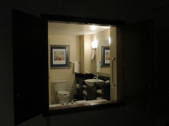 Courtyard by Marriott Burlington Harbor: Ouverture entre salle de bains et Chambre
