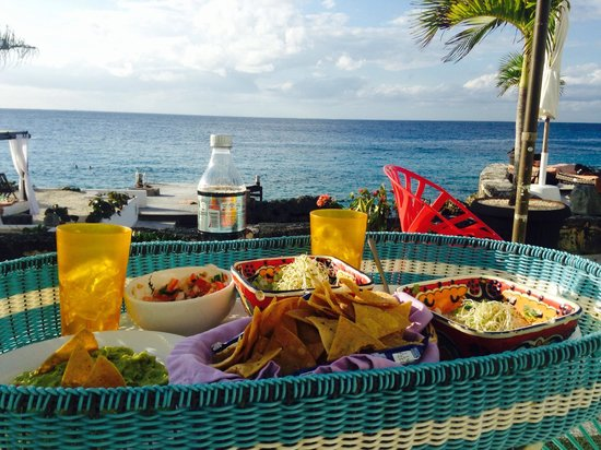 Hotel B Cozumel: Delish chips, guac, and AMAZING house and Caribbean ceviche.