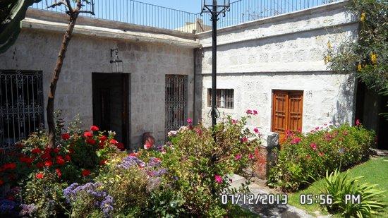La Casa de Melgar Hostal: One of the many inner courtyards