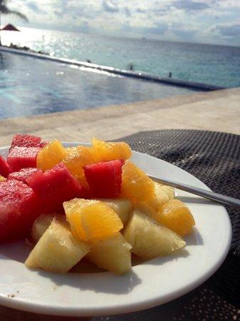 Hotel B Cozumel: Fruit salad at the pool.