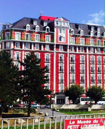 Les Halles de Lourdes : Red and blue nearby