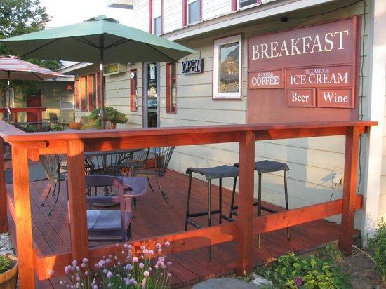 Riverwalk Inn : Front of building dining area