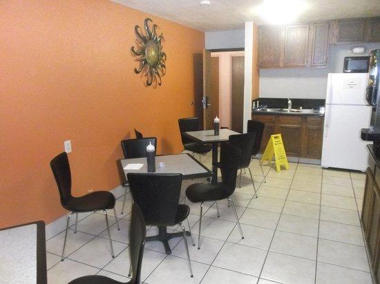 Super 8 San Antonio/I-35 North: Salle à manger et petit déjeuner - 23 janvier 2014.