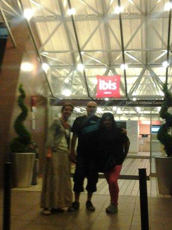 Ibis Paris La Defense Centre: Entrada hotel Ibis