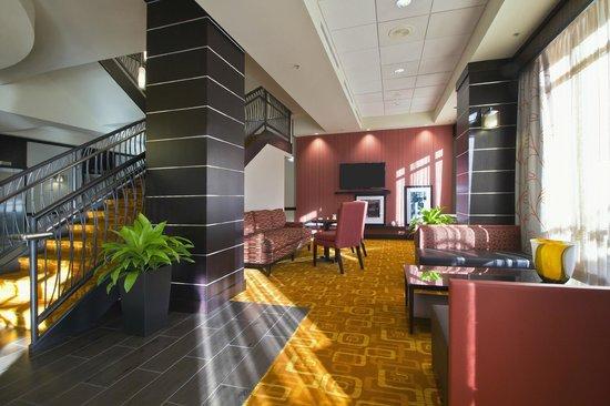 Hampton Inn and Suites Columbus Downtown: 1st floor lobby area