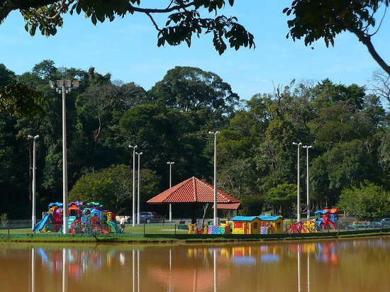 Serra Negra, SP: Vista do lago e playground