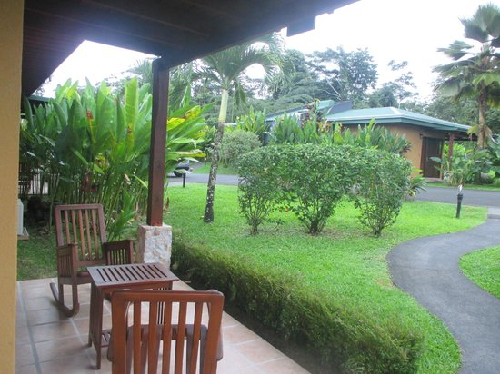 Arenal Manoa Hotel: Beautiful grounds and view!