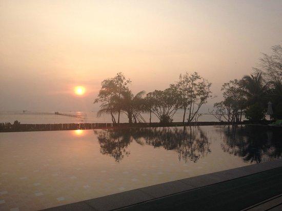 Islanda Hideaway Resort: Sunset over the pool