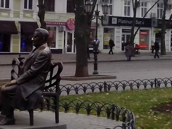 Monument to L. Utesov: памятник Утесову в Одессе