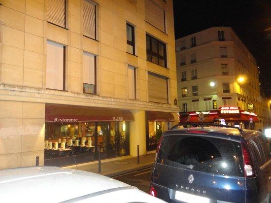 Timhotel Tour Eiffel: Restaurante de massas em frente ao Hotel