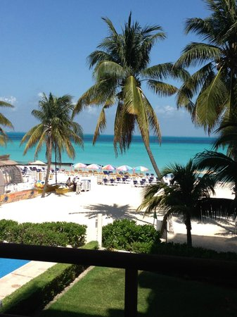 Ixchel Beach Hotel: View of the beach from the patio