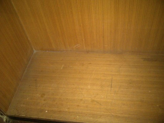 Hotel Durga Residency: dusty cupboard