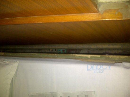 Hotel Durga Residency: dusty underside of bed