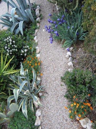 Cortijo Los Lobos: Beautifully maintained gardens