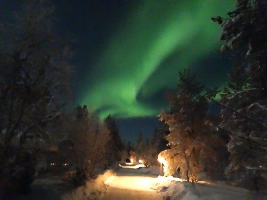 Kakslauttanen Arctic Resort: Northern lights visible from the path between the hotel and our cabin