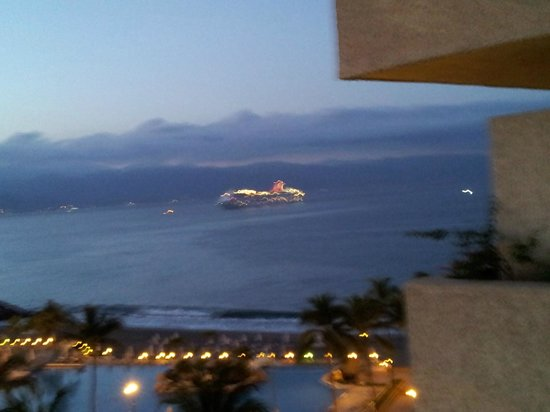 Marriott Puerto Vallarta Resort & Spa : Cruise liner