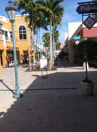 Miromar Outlets : Outdoor shopping