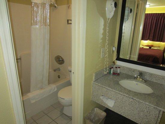 Super 8 Natchez: Bath