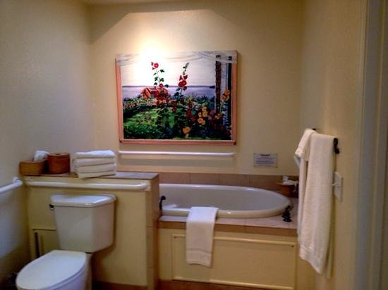 Cottage Grove Inn: Deep spa for two