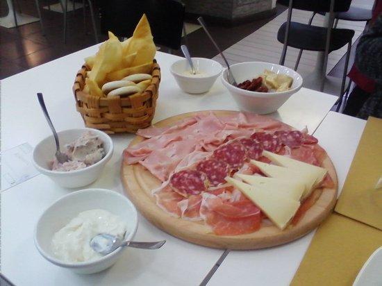 Pane e Vino..al Bettolino: tagliere di formaggi e salumi con tigelle e crescentine