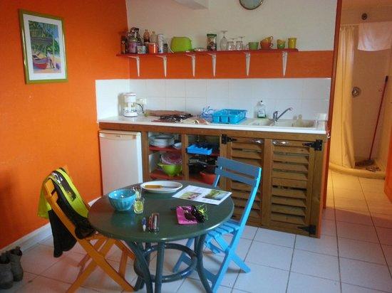 Gîtes Mangoplaya : Küche