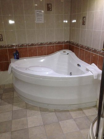 The Oxfordshire Inn Hotel: Jacuzzi bath