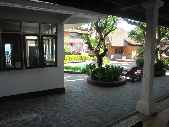Villa Agung Beach Inn: hotel and grounds