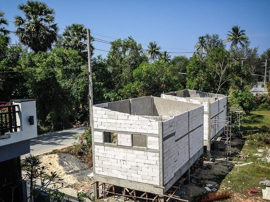 Amin Resort: Two shacks that are being built (Jan 2014) in front of the hotel