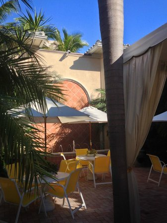 La Casa Hotel: A sunny day in the courtyard.