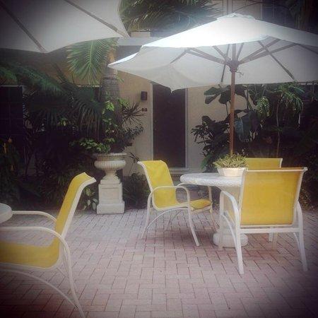 La Casa Hotel : Ready for breakfast in the courtyard.