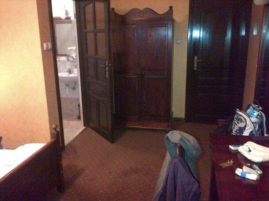 Hotel Retman : Door to bathroom