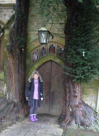 St. Edward's Church: puerta elfica preciosa