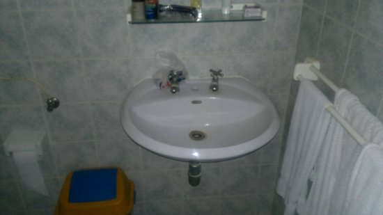 Jangwani sea breeze resort: No socket in washroom, historical washbasin